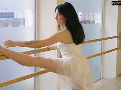 Slender ballerina Saule Elastiga does the splits and shows not present yummy pussy