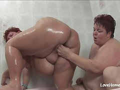 Old broad in the beam babe and her girl in bathtub